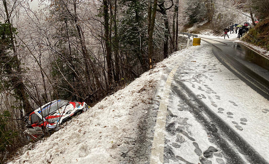 De gestrande Toyota Yaris WRC van Elfyn Evans na zijn crash tijdens KP11 van de WRC Rally Monza